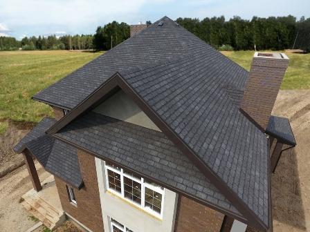 Битумная черепица на крыше дома в Красногвардейском