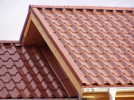 крыша с покрытием металлочерепицей