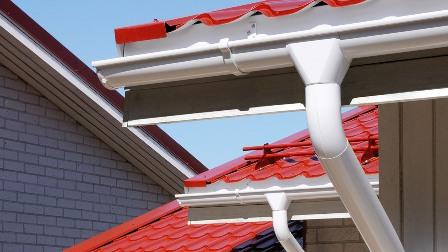 Пластиковые водостоки на крыше