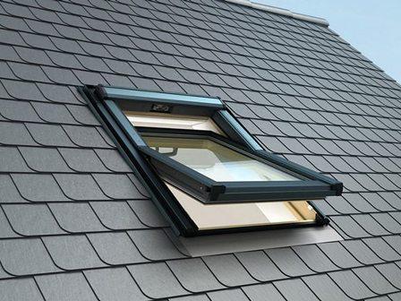 мансардное окно Velux на крыше дома