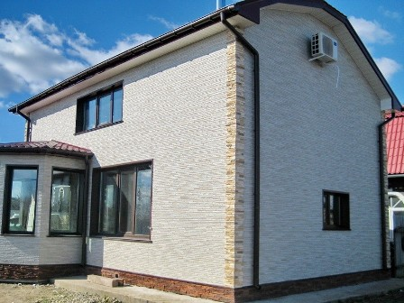 Купить недорогие наружные фасадные панели для отделки дома «под камень» и  «под кирпич» предлагает по доступной цене в Евпатории «Завод кровельных материалов»