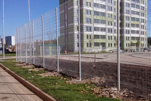 Серый 3Д забор. Алушта, ограда по периметру спортплощадки