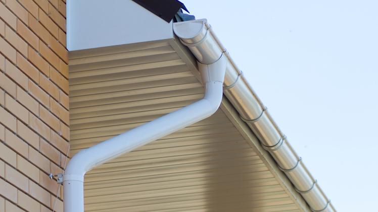 Выгодно купить водостоки и отливы для крыши, качественную водосточную систему Bryza по низкой цене в Симферополе предлагает «Завод кровельных материалов»